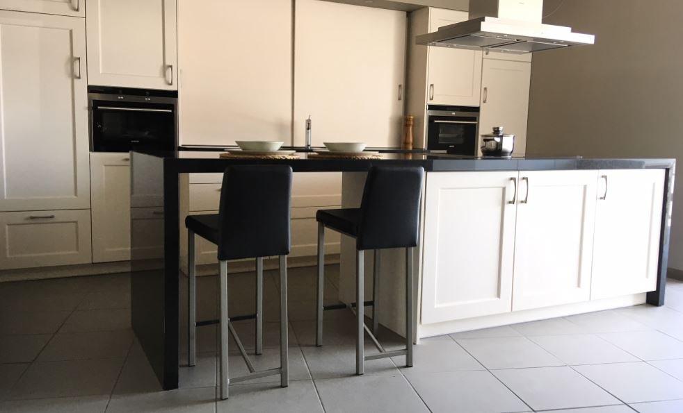 Praktische witte keuken met kookeiland en composiet werkblad d